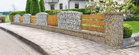 Plot řešený formou gabionu nemusí představovat neproniknutelnou hradbu.