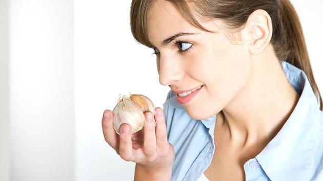 I když je česnek českou superpotravinou, někdy a někdo by se mu měl vyhnout