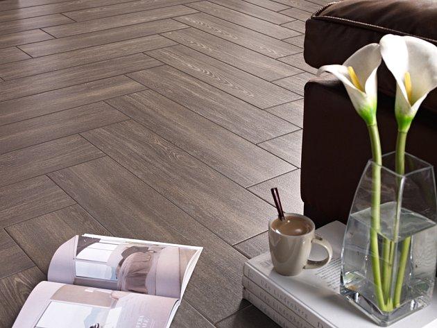 Tmavé podlahy se hodí do prostorných interiérů.