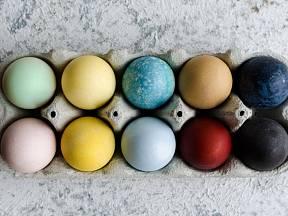 Vajíčka můžeme obarvit i přírodními barvivy.