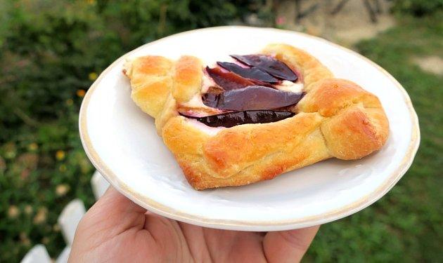 Švestkový koláček z croissantového těsta.