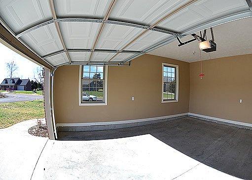 garážová vrata s ektropohonem umístěným u stropu