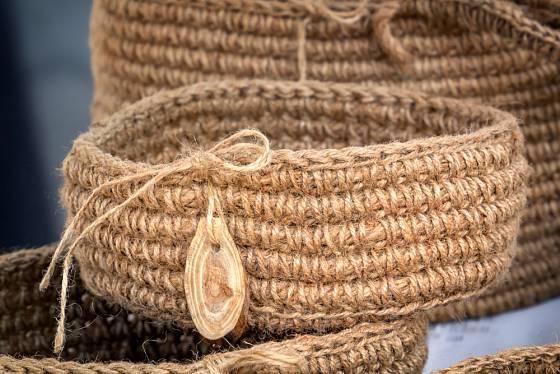 Háčkované košíky z provazů působí velmi efektně. Využijete je prakticky na cokoli.