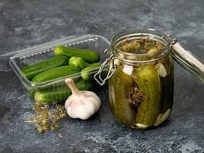 Do láku lze přidat to, co máme rádi - česnek nebo chilli