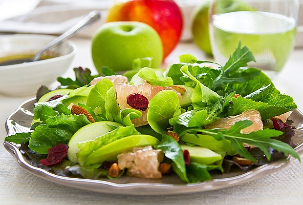 Zeleninový salát s mandlemi a rozinkami