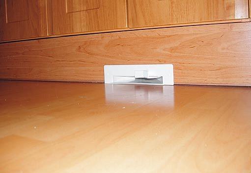 šterbinová zásuvka pro zametání např. drobků