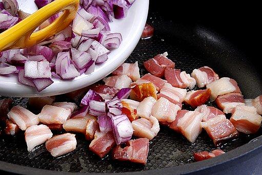 Zapečená směs brambor, krup a uzeného bůčku