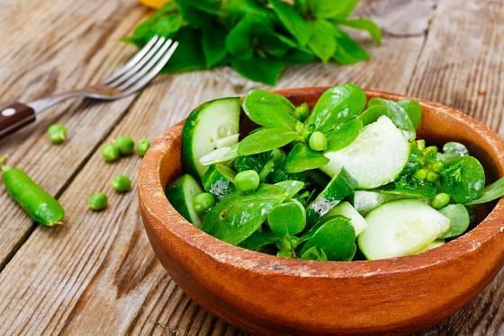 Zdravý a osvěžující salát ze šruchy zelné, okurek a hrášku