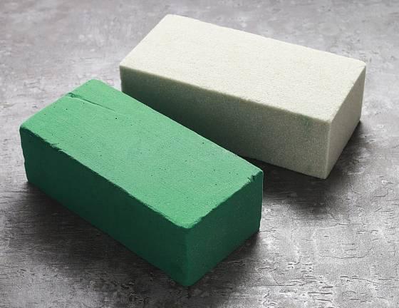 Aranžovací hmota zelená (pro živé květiny) a šedá (pro suché rostliny).