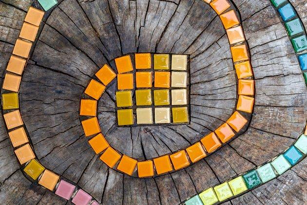 Mozaika na pařezu