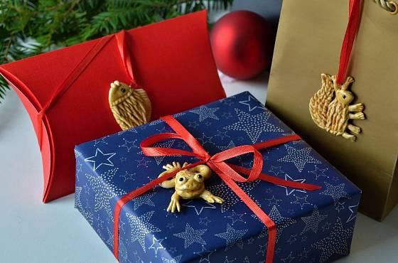 Figurkami z vizovického těsta můžeme přizdobit dárky.