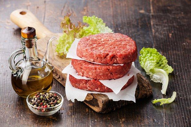 Domácí burger připravený ke grilování
