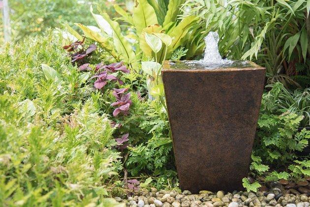 Bublající fontánka se obejde i bez vodních rostlin, zeleň ji obklopuje