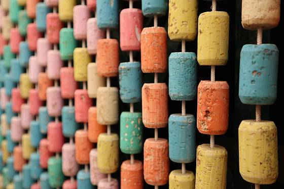 Z korkových zátek lze vytvořit i celou dělicí stěnu.
