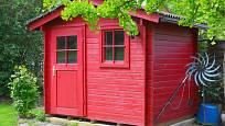 Červeně natřená dřevěná kůlna na nářadí.