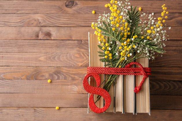 Žlutá mimóza, symbol MDŽ v Itálii. Ženy ale ocení i čas, který budou mít jen pro sebe, třeba na čtení knih.