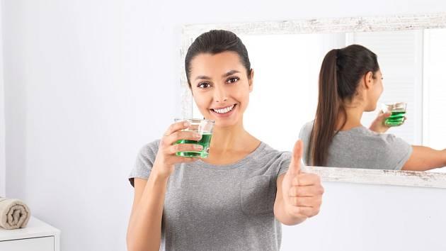 Kloktadlo z medu, citronu a zázvoru nám pomůže odstranit nepříjemný zápach z úst