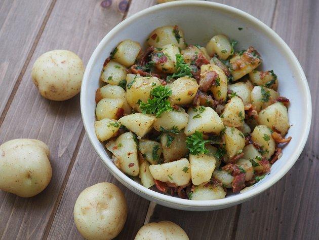Nikdy nedávejte do kompostu: vařené škroby, konkrétně brambory, rýži a těstoviny a staré pečivo.