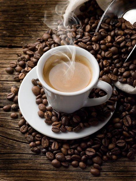Pozor na horkou kávu. Hrozí popálení jícnu?