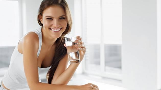 Kolik vody byste měli vypít ve vedrech?