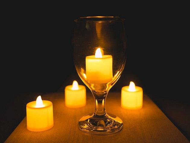 Existují i LED svíčky s časovačem a blikajícím plamínkem