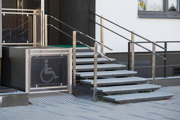 Výtah pro postižené osoby usnadní lidem výstup do hůře přístupných míst domu.