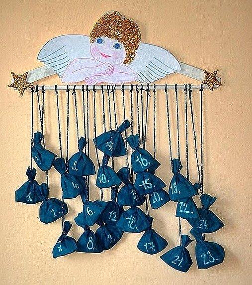 Adventní kalendář z ramínka s andělíčkem.