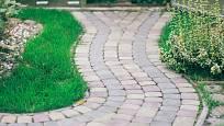 Dlažba je trvanlivý, pohledný i praktický materiál pro terasy i zahradní cestičky