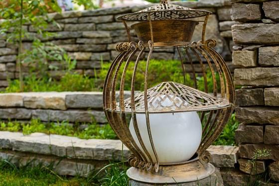 Vintage lampa dokáže vytvořit v zahradě skvělou večerní náladu.