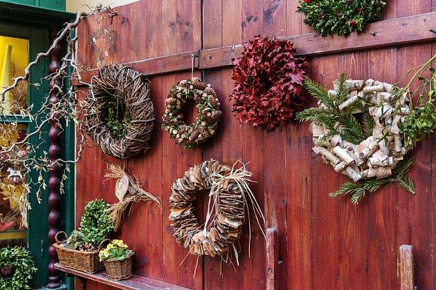 zimní věnce můžete vytvořit také z kůry nebo klacíků