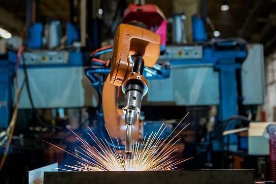 Svařovat mohou i roboti a automati, mnohde je však lidská práce stále nenahraditelná
