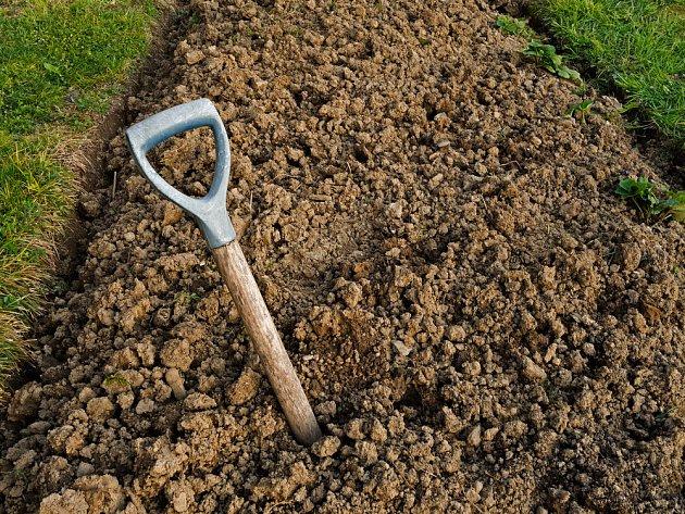 Těžkou půdu je třeba důkladně zrýt
