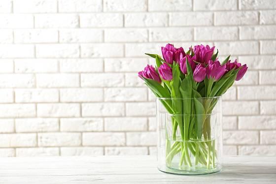 Nenápadná elegance - tulipány ve skleněné váze.
