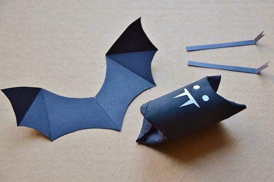 Na černém základě vyniknou očka a zoubky veselého netopýra