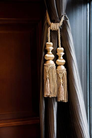 Z kroucené šňůry vznikly půvabné dekorační úvazy na závěsy.