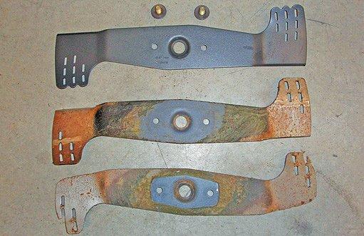 Různá kvalita žacího nože: nový nůž, otupený k nabroušení, poškozený k výměně