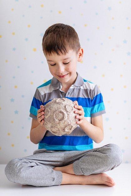 Modelování z papírmaše zvládnou i děti.
