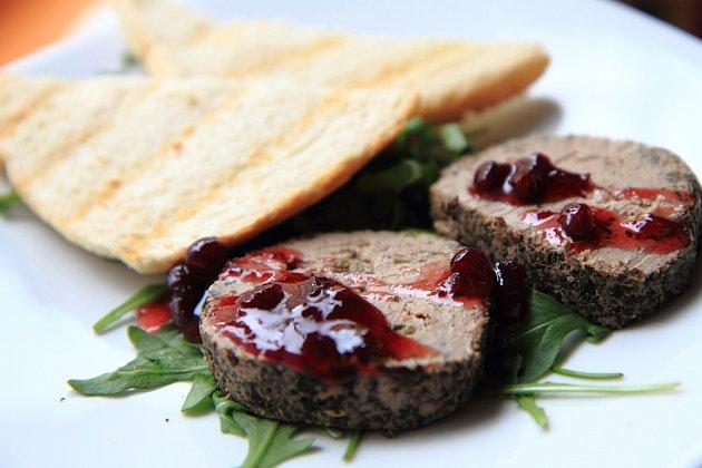 Paštika je výtečná s křupavou houskou se semínky nebo rozpečeným toastem
