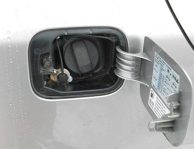 Na plnicí ventil vedle hrdla benzinové nádrž je třeba nasadit redukci pro pistoli LPG