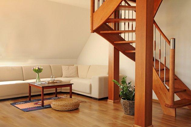 Posezení zřízené pod schody je jedním z praktických způsobů využití tohoto prostoru.