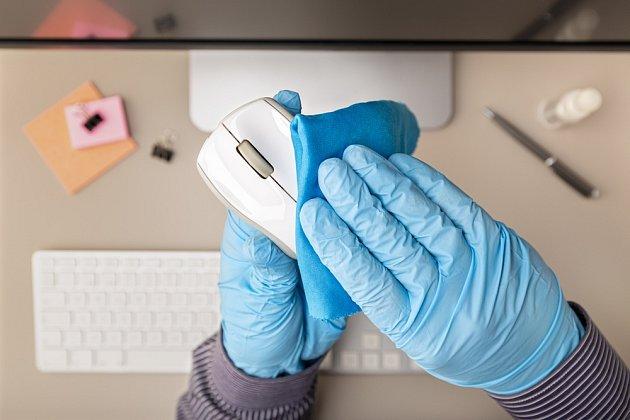 V době zvýšeného nebezpečí nákazy je vhodné chránit ruce i při úklidu.
