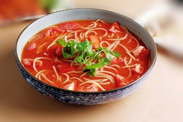 Čínská rajčatová polévka překvapí svou chutí.