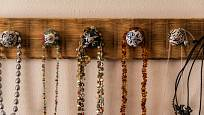 Originální organizér na šperky si vyrobíte snadno.