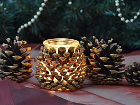 Zářící šiška, svícen vyrobený ze šupin a skleničky