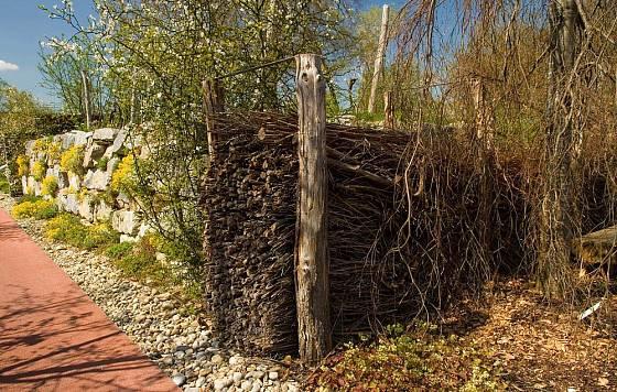 Vše tu má své místo a využití - kameny i staré dřevo.