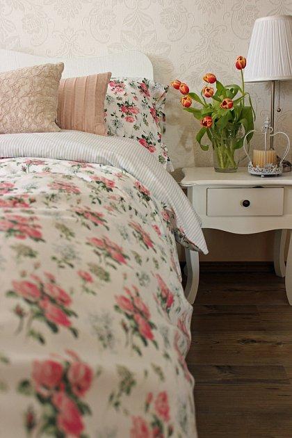 Květinové potisky stejně jako kytice ve váze na nočním stolku jsou pro shabby chic styl charakteristické.