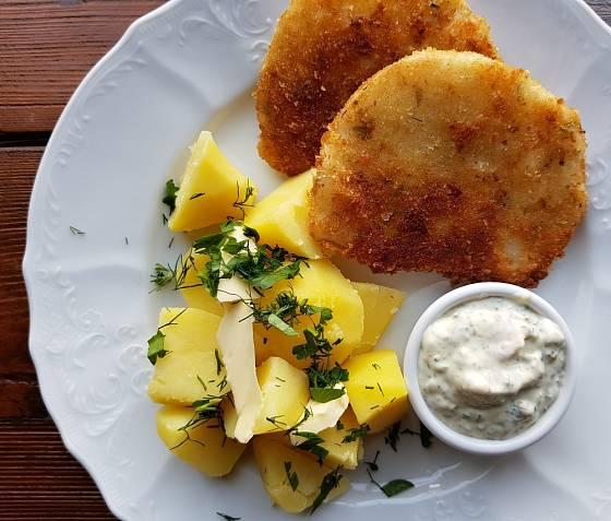 Smažené řízky z celeru, levná a bezmasá varianta oběda či večeře.