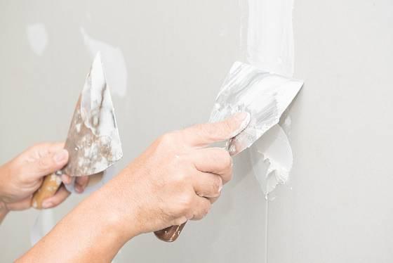 Drobné nedostatky na zdi zahladí sádra