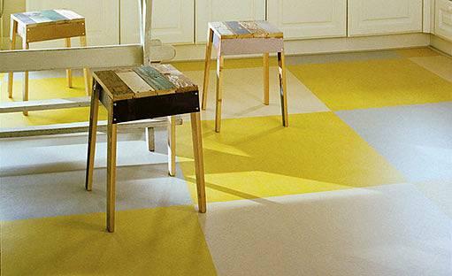 Na podlaze v kuchyni by měl být odolný materiál.