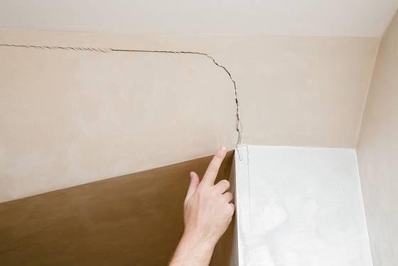 Prasklinu na stropě je třeba před malováním opravit.